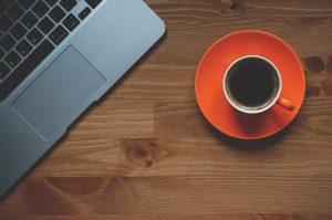 stuk laptop, kop en schotel - persoonlijke effectiviteit verbeteren