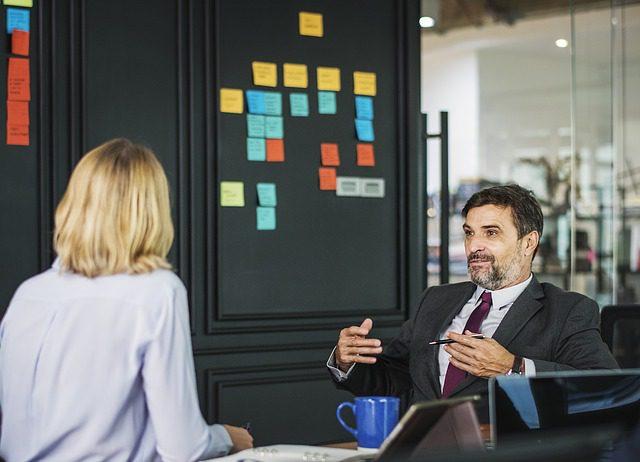 Tips zakelijk gesprek - 2 mensen in overleg in vergaderruimte