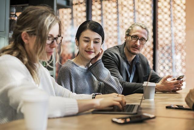 Eigenaarschap ontwikkelen stimuleren - 3 mensen aan tafel met laptop en mobiel