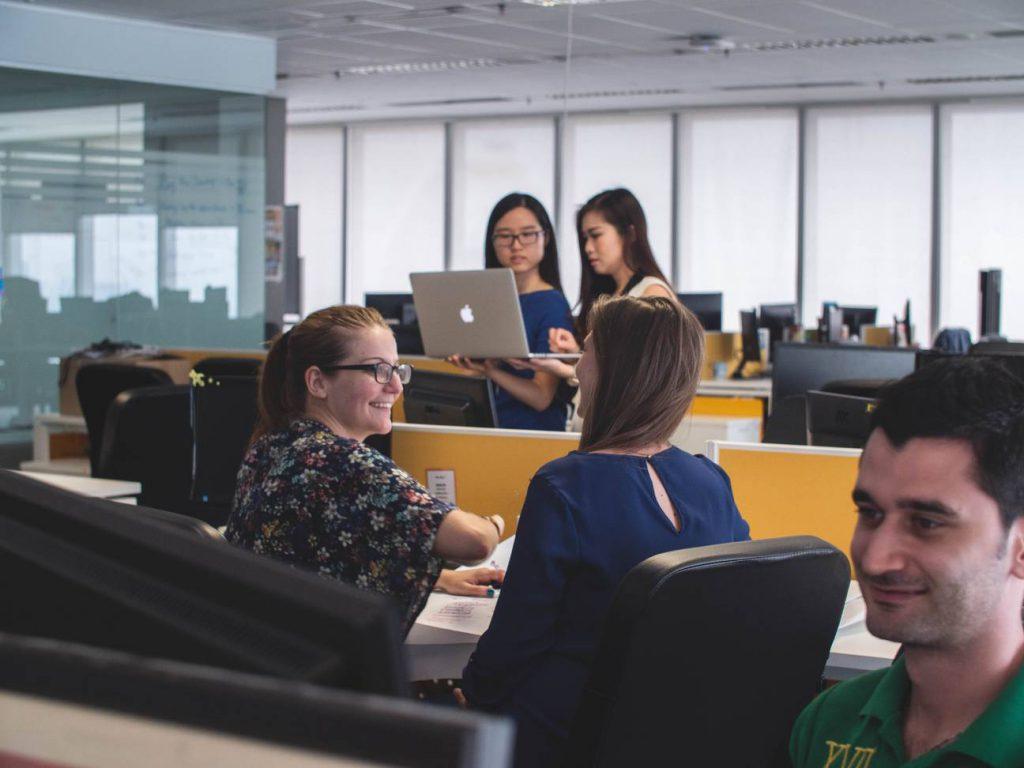 Leiderschapskwaliteiten ontwikkelen - 5 mensen in een kantoorruimte